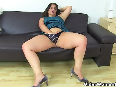 Bodacious mummy Montse Swinger nails her pussy with a dildo